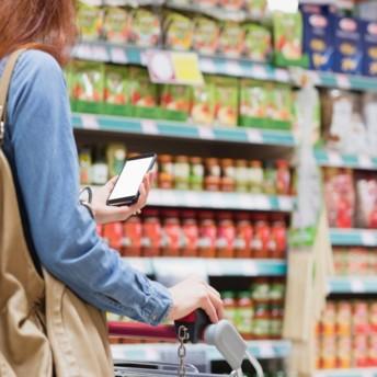 Carrefour va tester l'affichage environnemental en affichant l'Eco-Score de Yuka sur les produits sous marques nationales et à marque propre sur son site e-commerce. Lidl entame également cette démarche en Belgique. Crédit : Adobe Stock.