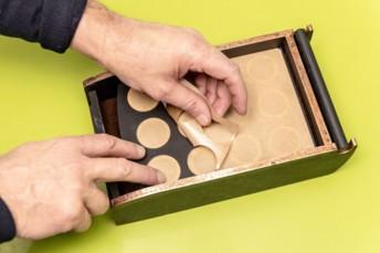 Idocaps est un support en bois avec une tablette sur laquelle on dispose 12 capsules vides. Le consommateur y verse le café moulu fin de son choix et referme les dosettes avec une feuille d'opercules autocollants. Fournies par Idocaps, les capsules, elles, sont fabriquées en matériau Vegemat de la société française Vegeplast.
