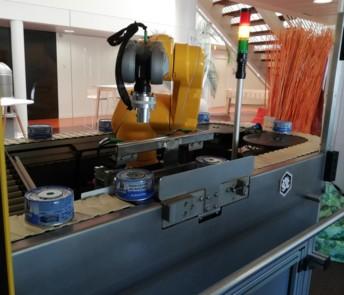 Dans la cellule de démonstration présentée lors d'Agrovif 2019, un actionneur Stäubli TX2 prélève des produits sur ligne pour réaliser des contrôles qualité.