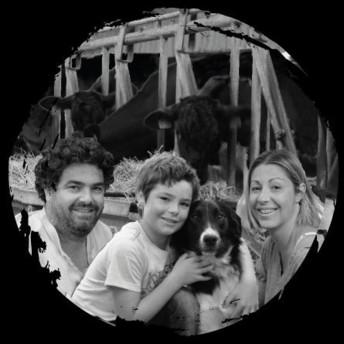 Elodie et Vincent Joyeux sont installés sur la ferme du Fermier du P'tit Kervihan à Locoal-Mendon (56) depuis 2011. Ils y transforment tout leur lait en fromages, fromages frais et yaourts.