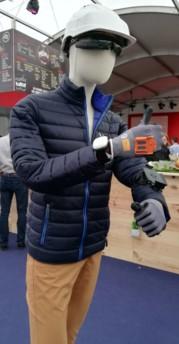 Ce mannequin porte à la fois un gant de scan connecté Proglove et un bracelet pour la géolocalisation.