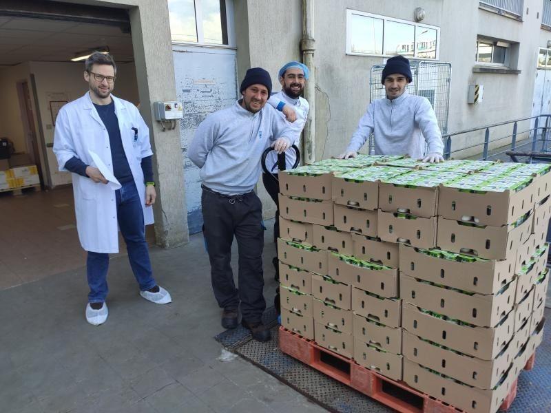 La palette de yaourts Vrai envoyée à l'hôpital Pontchaillou à Rennes. Photo extraite du compte Linkedin de Triballat-Noyal.