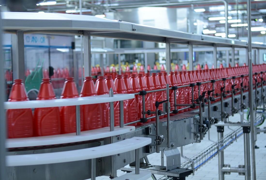 L'usine compte cinq lignes produisant 100 références différentes pour huit formats. La cadence est de 1800 à 20 000 bouteilles par heure selon le format. Pour en savoir plus, ne manquez pas notre reportage dans notre numéro de février 2016 à paraître.