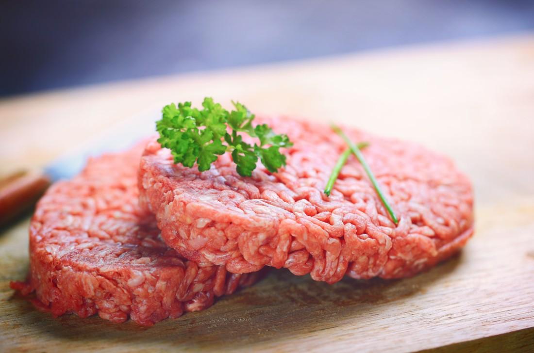 La DGCCRF a mis en évidence une fraude sur la qualité de steaks hachés destinés à des associations d'aide alimentaire. Une entreprise polonaise et deux sociétés françaises sont impliquées. Crédit : Adobe Photo Stock.
