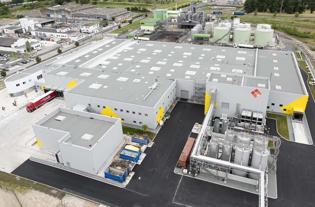 Fruit d'un investissement de 31 millions d'euros, la nouvelle usine Lesieur de Bassens près de Bordeaux occupe une surface de 14 000 m² (11 500 m² au sol) pour une capacité de production de 100 millions d'huiles conditionnées par an et un effectif de 94 collaborateurs.