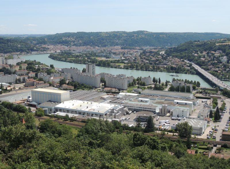 A Vienne (38), l'usine Yoplait, le bailleur social Advivo et la municipalité ont confié à Engie Solutions la réalisation d'un réseau de chaleur qui alimentera en 2021 une école et près de 800 logements.