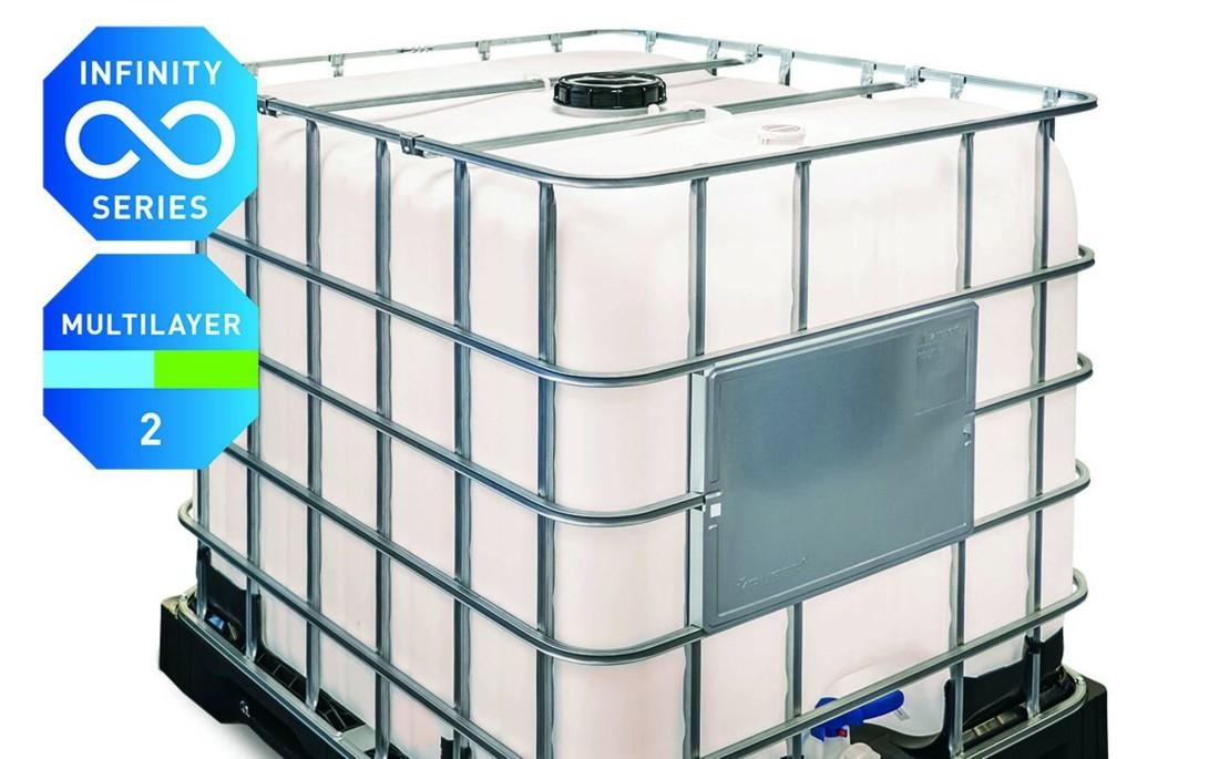 Le Mauser Infinity Series IBC démontre la faisabilité technique de la fabrication d'emballages de grand volume (GRV) de 1000 litres à partir de matière plastique recyclée post-consommation. En associant une palette moulée par injection en PCR et un récipient intérieur multicouche contenant 40 % de PCR (PEHD), ce GRV atteint plus de 70 % de PCR au total.
