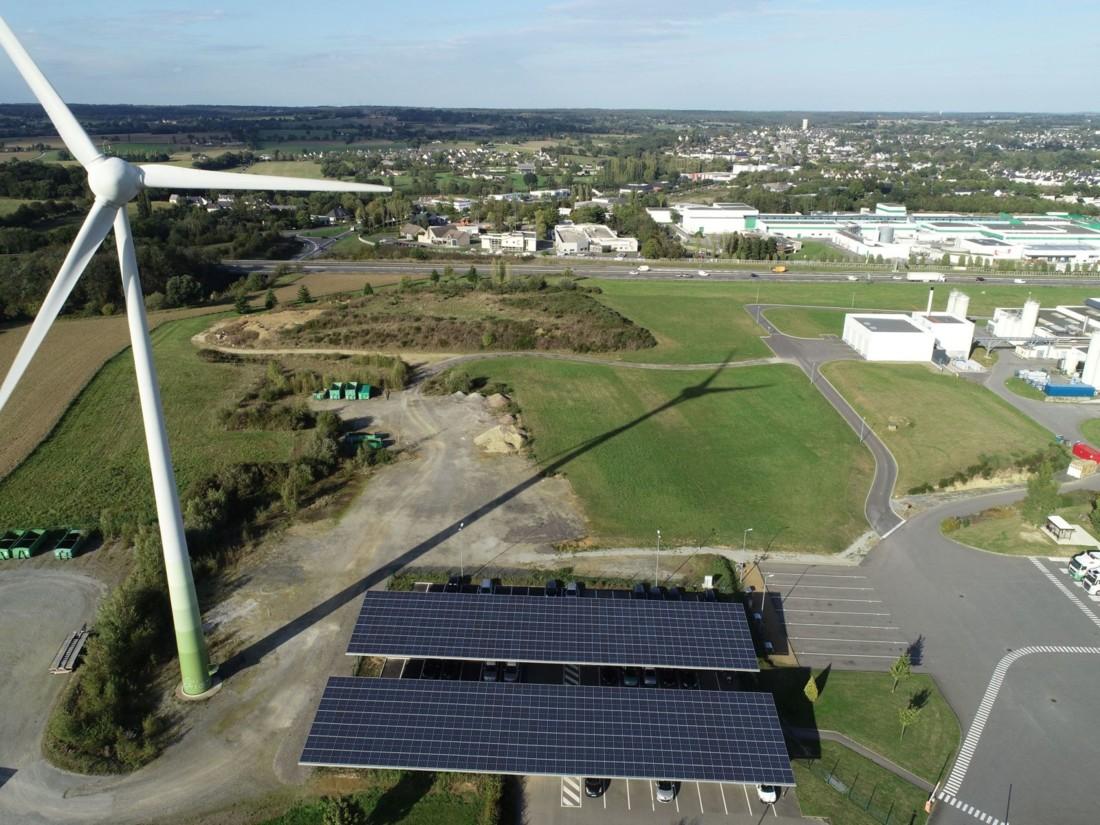 Le site Sojasun (Triballat-Noyal), près de Rennes, a récemment installé des ombrières photovoltaïques, une source d'énergie renouvelable qui a complété une chaufferie biomasse ainsi qu'une éolienne.