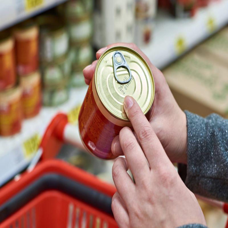 L'Autorité européenne de sécurité des aliments a élaboré un arbre de décision pour aider les opérateurs à choisir entre DLC et DDM. L'objectif est de réduire le gaspillage alimentaire, un objectif inscrit dans la stratégie de la Ferme à la fourchette. Crédit : Adobe Stock.