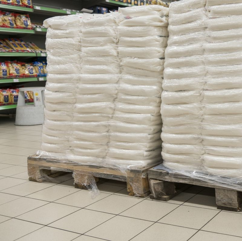 La hausse de la demande de sachet de farine conduit à des pénuries. Pour approvisionner les grandes surfaces, certains meuniers proposent des sacs de 10 à 25 kg. De façon surprenante, ces derniers trouvent rapidement preneurs. Crédit photo Adobe jollier_