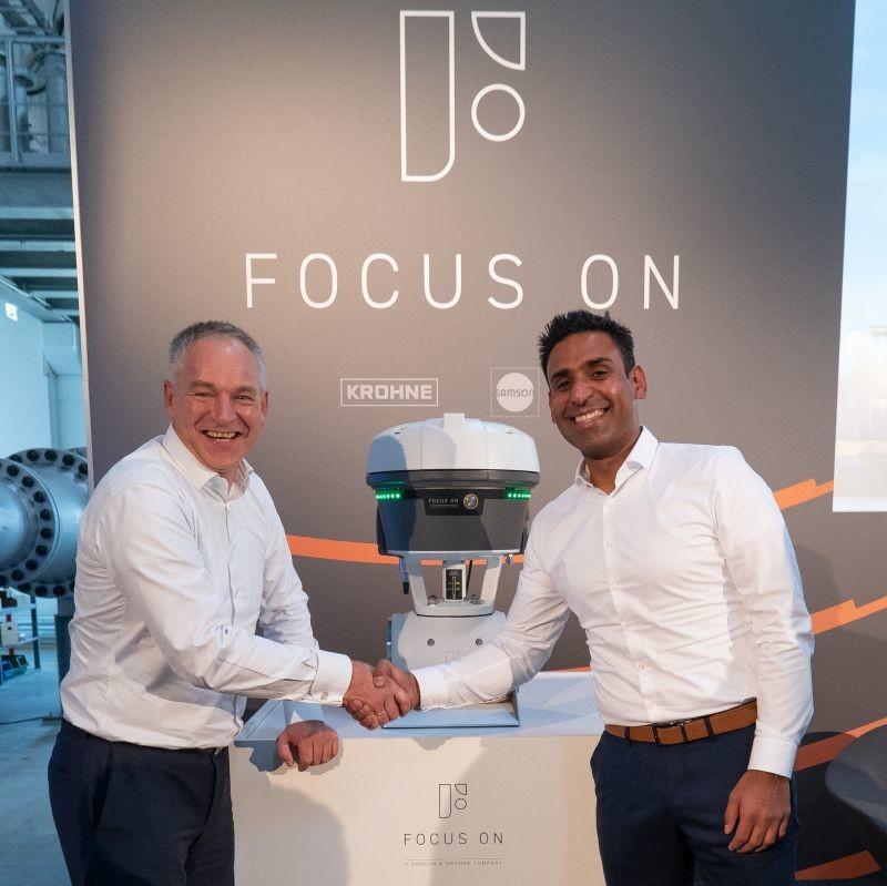 (De gauche à droite) André Boer (Krohne) et Kavreet Bhangu (Samson) dévoilent le 19 septembre 2019 la première solution développée par la nouvelle joint-venture Focus-On.