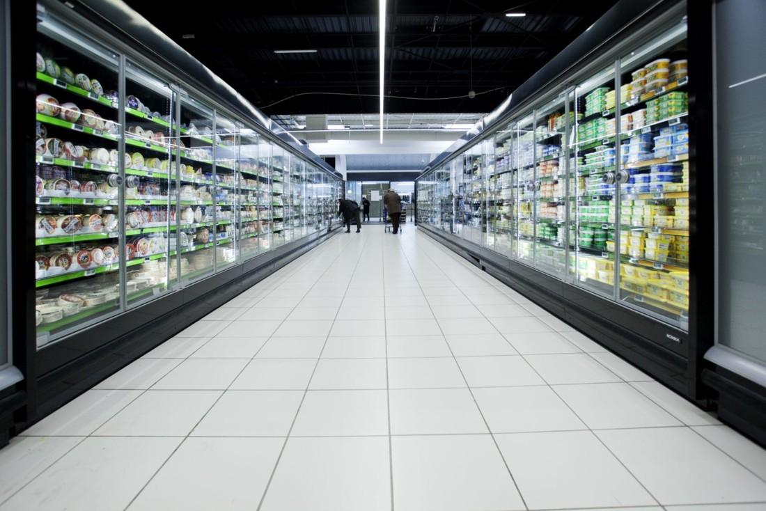 Confinement oblige, les ventes dans les magasins de plus de 6500 m² ont reculé de 24%, selon les données communiquées par Nielsen.