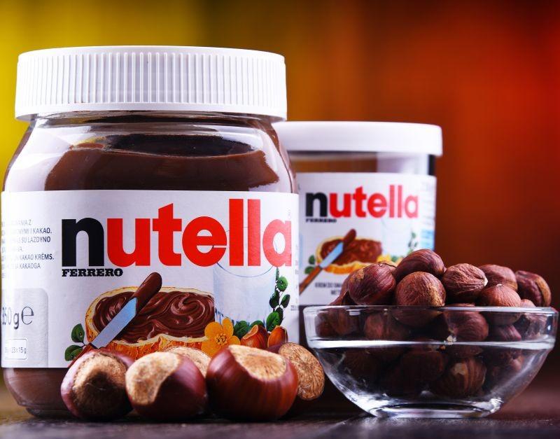 La BBC et The Guardian ont publié des enquêtes visant l'approvisionnement de Ferrero pour ses Nutella, Kinder Bueno et Ferrero-Rocher. Les investigations ont révélé que les exploitations turques de noisettes emploient fréquemment des enfants de moins de 15 ans. Crédit photo Adobe monticellllo