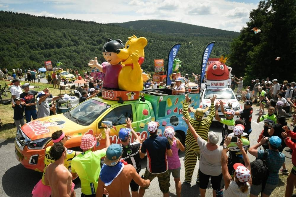 34 députés et six ONG dénoncent la pollution du Tour de France par la distribution de goodies en plastique. Droits photo ASO/Brune Bade