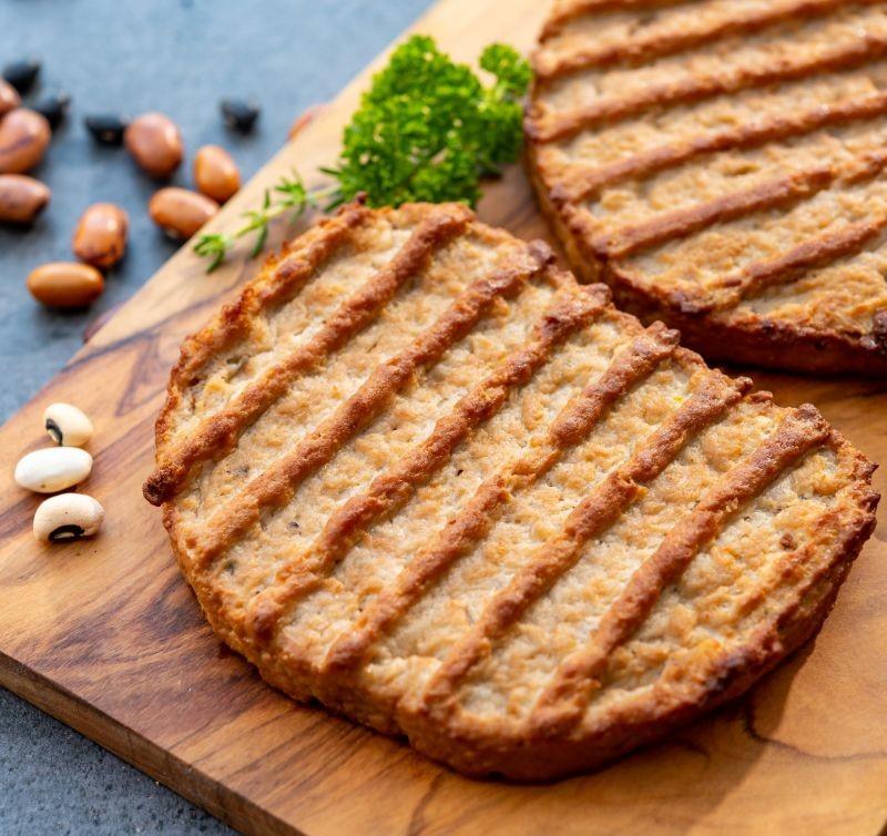 Parmi les produits contenant des protéines végétales, les plus consommés par les Français sont les analogues de viande type steaks (77 %), les desserts (61 %) et les boissons alternatives au lait (60 %). Crédit photo Adobe barmalini