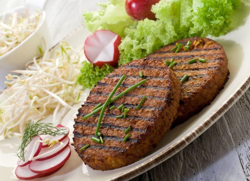 L'UFC Que choisir dénonce des teneurs en isoflavones trop élevées dans les aliments à base de soja. Une étude remise en question par l'association des professionnels du soja Sojaxa. Crédit : Adobe Stock.