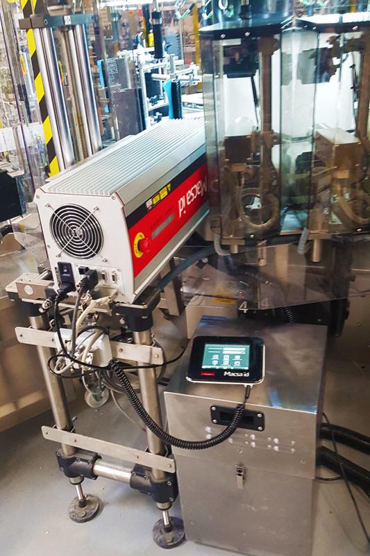 Pour le codage des bouteilles, le choix s'est porté sur le laser MACSA K1030 SP, intégré comme prévu dans l'étiqueteuse rotative. Il imprime les numéros de lot – avec ou sans heure en fonction des productions – à une cadence d'environ 8 000 bouteilles/heure.
