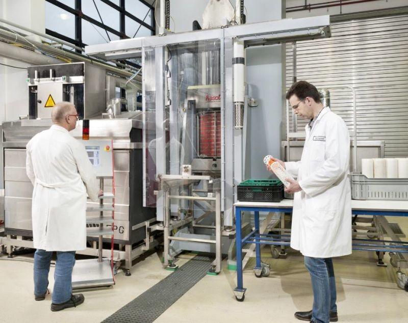 Les hautes pressions constituent un traitement doux qui préserve les propriétés des aliments (crédit: Wageningen University & Research)