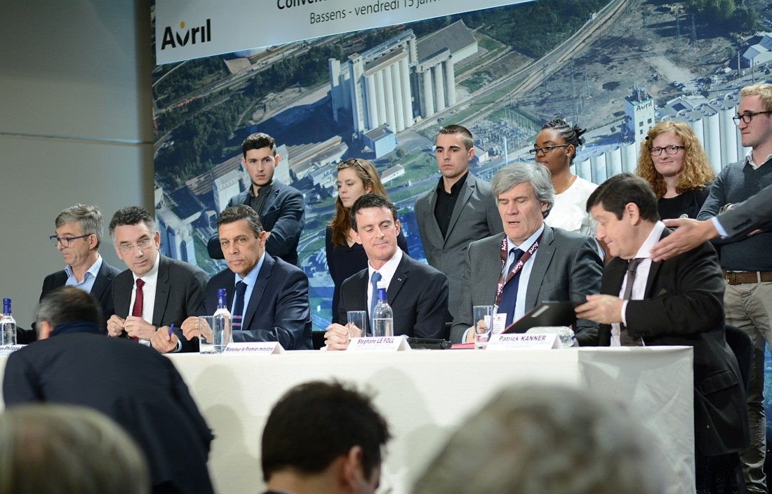Le groupe Avril a signé une convention de partenariat avec le Premier ministre Manuel Valls, Stéphane Le Foll, ministre de l'Agriculture, de l'Agroalimentaire et de la Forêt, et Patrick Kanner, ministre de la Ville, de la Jeunesse et des Sports, dans le cadre de la charte « Entreprises & Quartiers ». Celle-ci porte notamment sur l'accès à la formation et à l'emploi des jeunes éloignés du marché du travail. Pour Avril les signataires sont (premier en partant de la gauche) Philippe Lamblin, DRH du groupe Avril, Jean-Philippe Puig, gérant de la SCA Avril et Xavier Beulin, président d'Avril (deuxième en partant de la gauche). En arrière-plan, les huit jeunes en apprentissage de l'usine Lesieur.