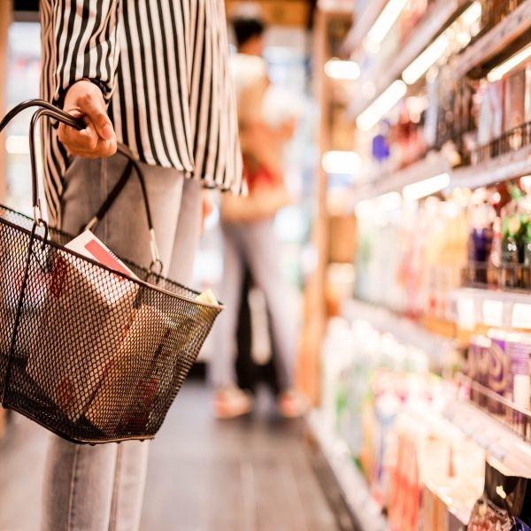 Selon les données communiquées par Nielsen, après une forte progression des courses en hyper les semaines passées, les consommateurs confinés se sont à présent rabattus sur les commerces de proximité, le drive et la livraison à domicile. Crédit : Adobe Stock.