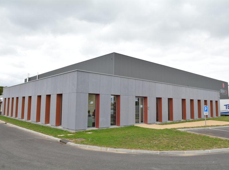 Créée en 1996 en Normandie, Atelier d2i s'est installée cet été dans une nouvelle usine de 3200 m² à Laon (02). Auparavant, la société s'était alliée à Fruits Rouges &Co entre 1999 et 2002 avant de s'installer dans un ancien bâtiment militaire dans l'Aisne.