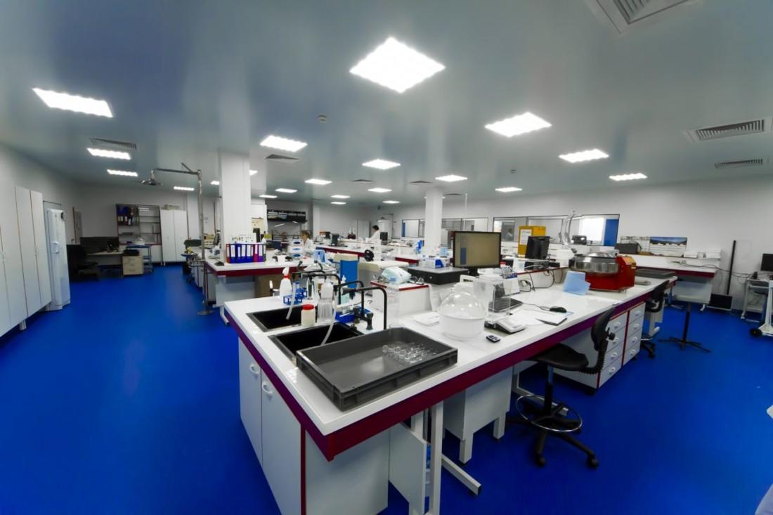 Lancé fin 2018/début 2019, le laboratoire réalise un million d'analyses par an, soit 250 analyses par lot. Plus de cent personnes sont dédiées à la qualité des produits, soit 14% de l'effectif.