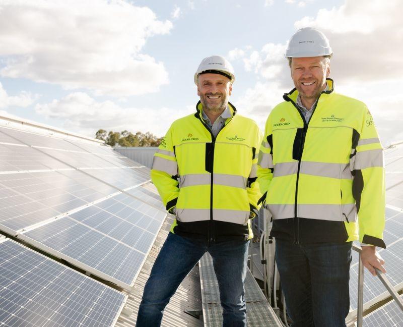 Dans ses vignobles de la Barossa Valley, Pernod Ricard Winemakers a installé 10 300 panneaux photovoltaïques. Sur la photo : Robert Taddeo, directeur des opérations, et Brett McKinnon, directeur de l'exploitation du site.
