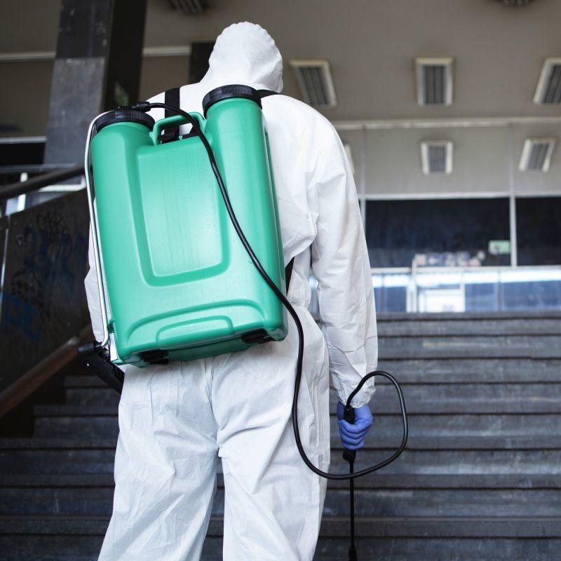 Conséquence directe de l'épidémie de Covid-19 : plusieurs villes de France se sont mises à désinfecter les rues. Précaution utile ou excès de zèle ? Crédit : Adobe Stock.