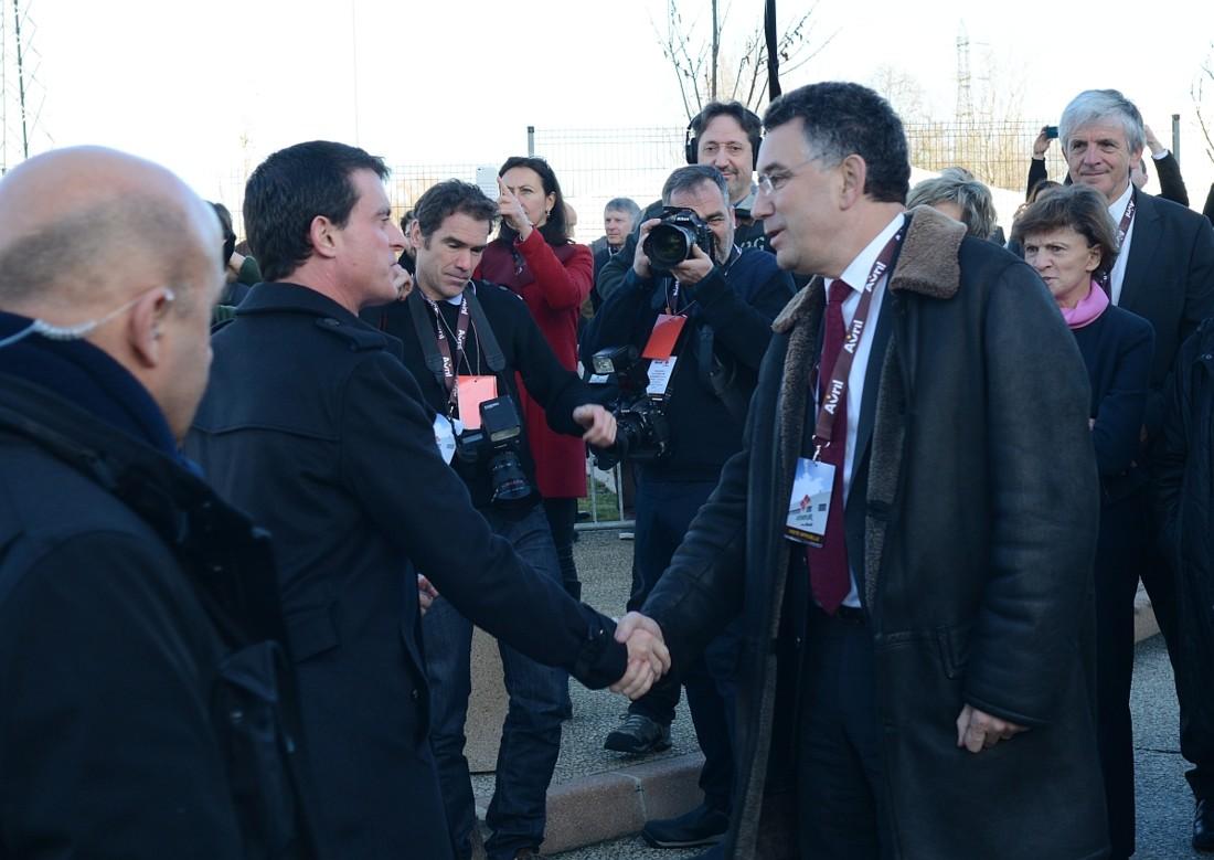 Le Premier Ministre Manuel Valls a inauguré l'usine Lesieur de Bassens (33) vendredi 15 janvier. A son arrivée, il est accueilli par Jean-Philippe Puig, gérant de la SCA Avril.