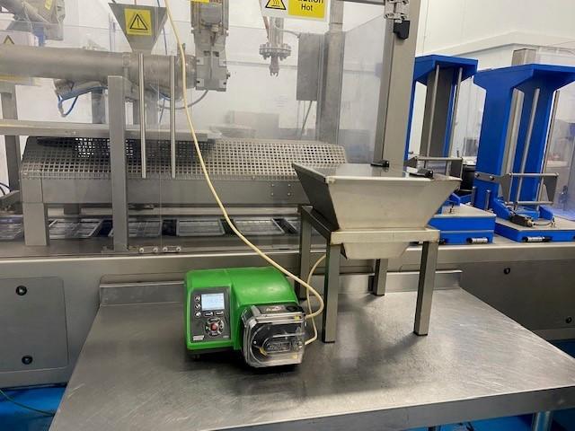 Installée à côté de la ligne de moulage, la nouvelle pompe péristaltique 530UN/R2 Watson Marlow est capable de doser de 5 à 55 mg/min.