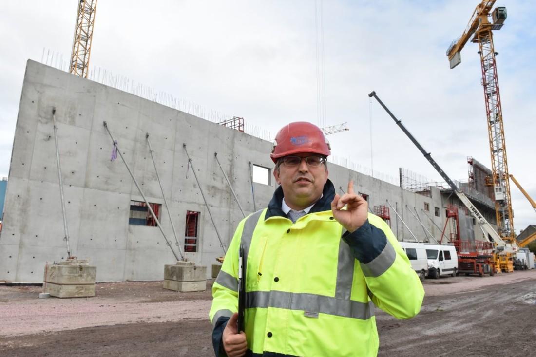 Gérald Andriot, directeur des opérations d'Isigny Ste Mère, avait déjà mené le projet U2 il y a six ans. Il veille à la qualité de réalisation du projet U3, en particulier au respect des hautes exigences sanitaires. Ici, des banches sont décoffrées après avoir séché tout le week-end. 70 personnes s'attellent en ce moment sur le chantier pour les phases de terrassement, fondation et génie civil. L'effectif montera à 250 lorsque le process sera intégré en mars 2020.