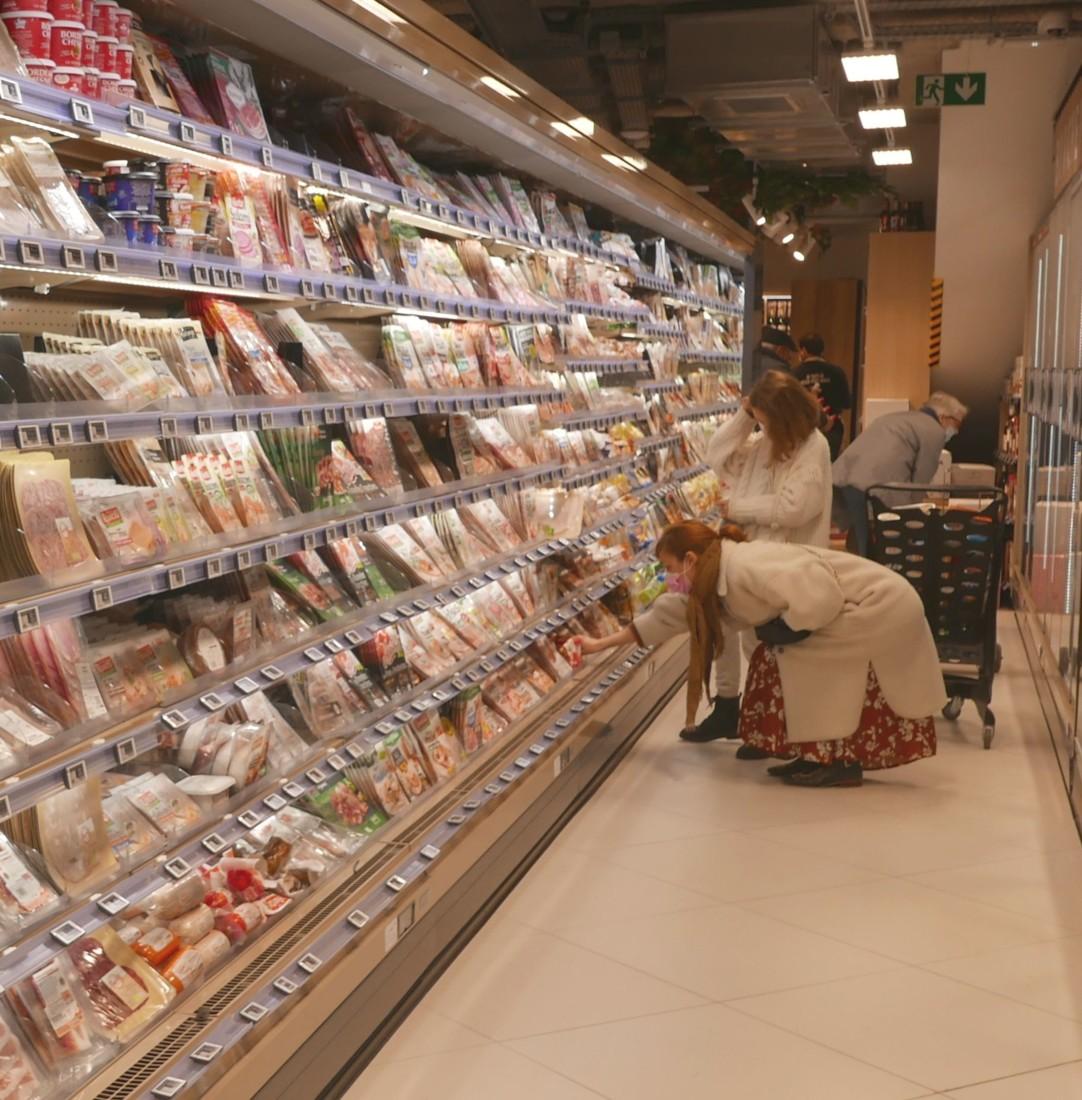 Selon les données publiées par le médiateur des relations commerciales agricoles, les négociations commerciales annuelles ont abouti à une baisse de 0,3 % du prix triple net pour les produits vendus sous marque nationale. Crédit : YD-Linéaires