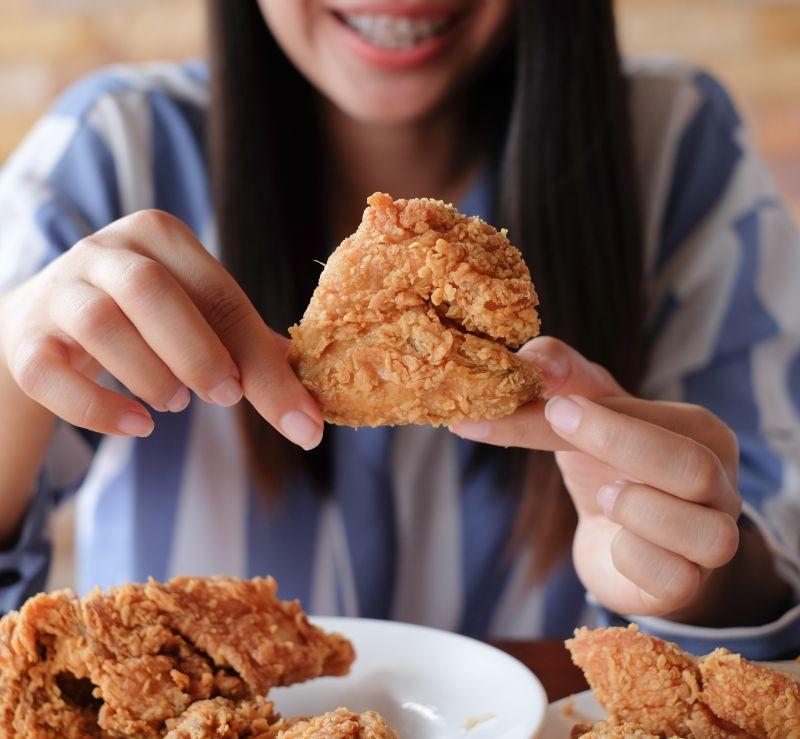 Les chercheurs estiment que la consommation de trop d'aliments caloriques peut provoquer des dérèglements du circuit de la récompense, des troubles compulsifs de l'alimentation et une prise de poids. Crédit photo Adobe nazarovsergey