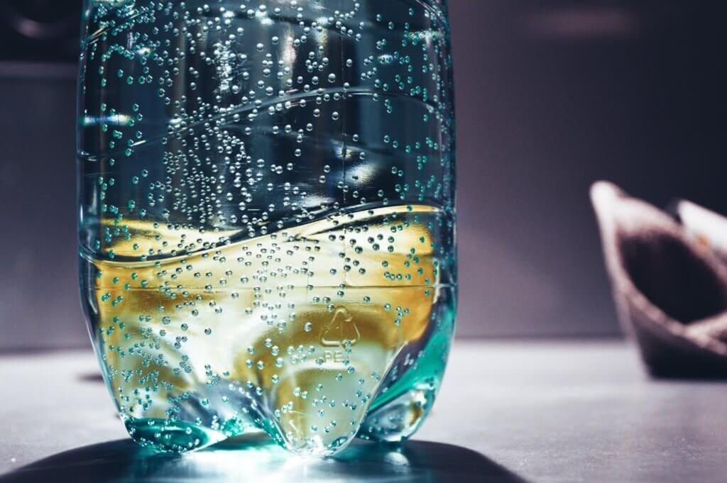 Dans le cadre de ce nouveau partenariat signé le 29 avril pour une durée de quatre ans, les nouveaux membres du consortium s'engagent à soutenir et accélérer la production à l'échelle industrielle de bouteilles en PET à partir de déchets de plastiques biorecyclés.