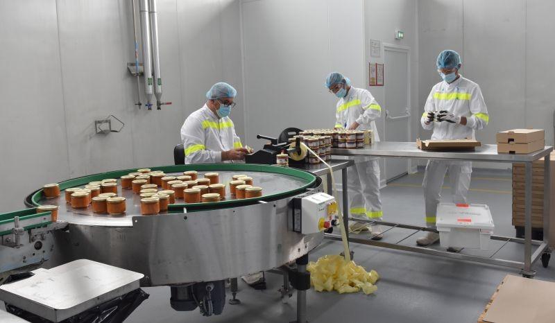 Compte-tenu du caractère expérimental du réemploi, ces pots sont, pour l'instant, étiquetés et mis en carton à la main. Mais les lots sont ensuite libérés par le site industriel, selon les mêmes exigences de traçabilité que les produits fabriqués sur ligne. L'innovation se trouve ainsi accélérée, au plus proche du process industriel.