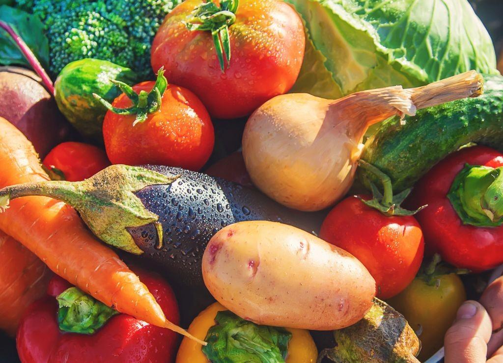 Les autorités ont mis à jour un cas de  tromperie sur l'origine de plusieurs centaines de fruits et légumes. Le grossiste en question est suspecté d'avoir reconditionné les denrées pour les étiqueter comme provenant de France. Crédit : Adobe Stock.