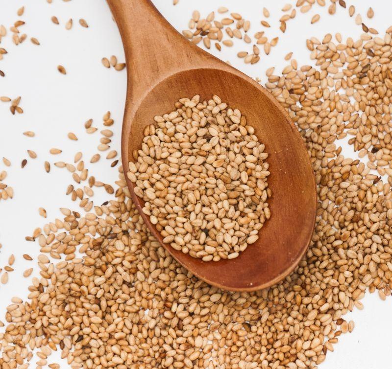 A ce jour, plus de 2300 références de produits alimentaires ont été rappelées par les services de la DGCCRF dans le cadre de la contamination des graines de sésame en provenance d'Inde par le pesticide oxyde d'éthylène. Crédit : Adobe Stock.
