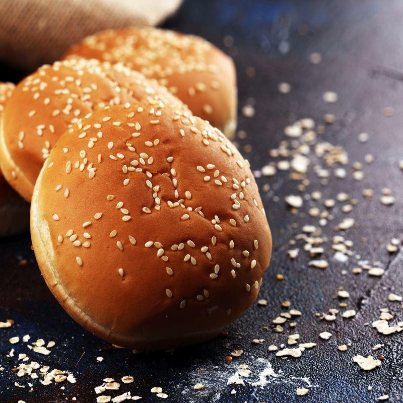 Selon le site de la DGCCRF qui répertorie les rappels produits liés à la contamination des graines de sésame en provenance d'Inde par l'oxyde d'éthylène, 1500 lots de produits alimentaires ont été rappelés par les entreprises. Une grande majorité de ces rappels concernent des produits de boulangerie. Crédit : Adobe Stock.