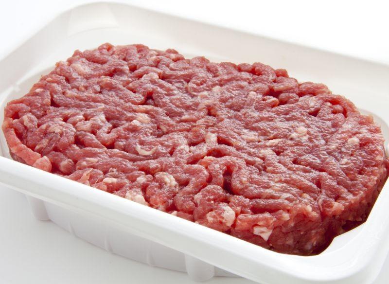 Les pièces de viande bovine les plus nobles trouvent moins de débouchés pendant le confinement tandis que les ventes de steaks hachés ont augmenté de 35 à 55% en grande surface. En conséquence, la part du steak haché dans la valorisation d'une carcasse s'accélère, pour atteindre 70%. Cela impacte la rémunération des éleveurs, dont les coûts de production sont supérieurs aux prix de vente. Crédit photo Adobe Louis Renaud