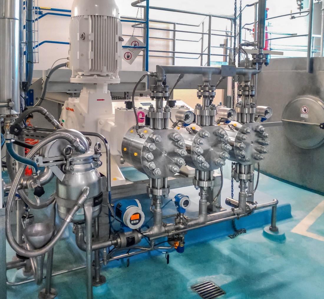 La filiale suisse de DSM Nutritional Products a sécurisé le transfert d'émulsions vers la tour de pulvérisation en intégrant une pompe à membrane hygiénique Lewa triplex.