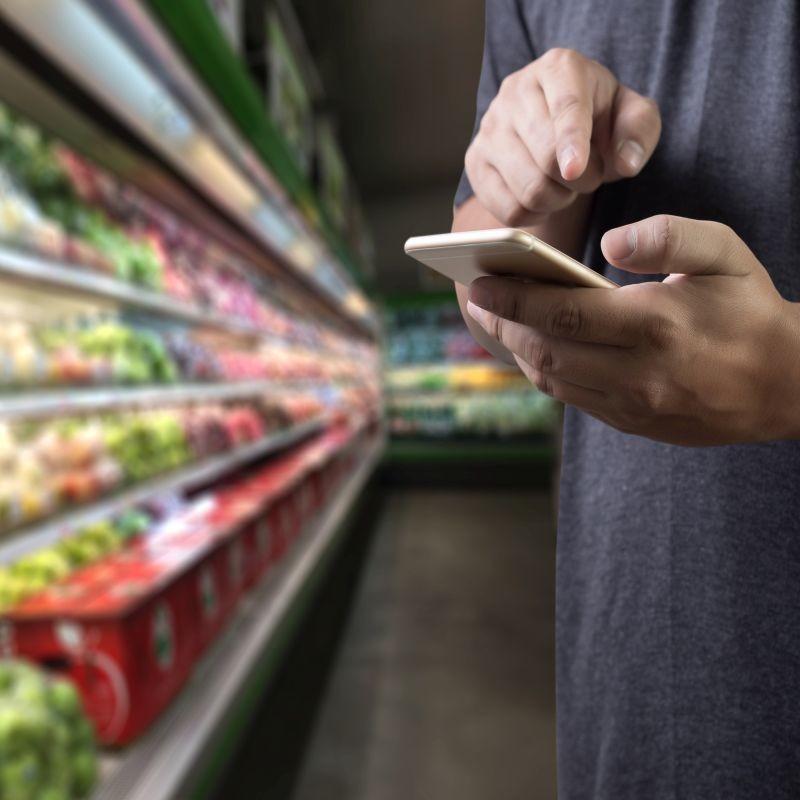 Un collectif d'acteurs composé entre autres d'Etiquettable, d'Open Food Facts ainsi que des applis Yuka et Scan Up a lancé un indicateur pour évaluer l'impact environnemental des produits alimentaires. Crédit : Adobe Stock.
