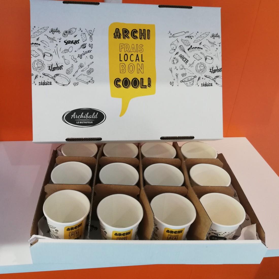 En Isère, Archibald le Bistroteur a choisi le carton pour ses plateaux-repas de même que pour ses plateaux de boissons, comme ici le plateau compartimenté contenant 12 gobelets en carton.