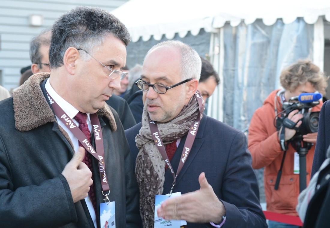 Stéphane Yrlès, secrétaire général d' Avril (à droite), fait le lien entre le groupe et le monde institutionnel. Il a largement contribué à la dimension politique de cette inauguration. Ici, il converse avec Jean-Philippe Puig, gérant de la SCA Avril, avant l'arrivée de Manuel Valls.