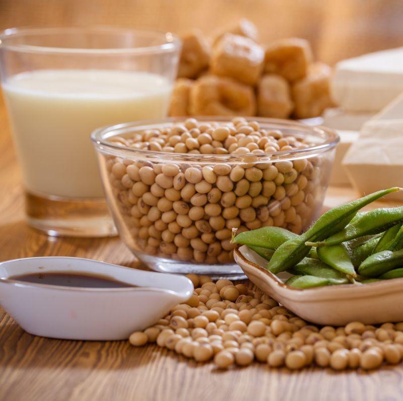 D'après le baromètre Sojaxa, 67% des consommateurs ont consommé des aliments au soja en 2019. Ce sont principalement les alternatives à la viande qui sont plébiscitées, puis les desserts et les boissons. Crédit photo Adobe naito8.