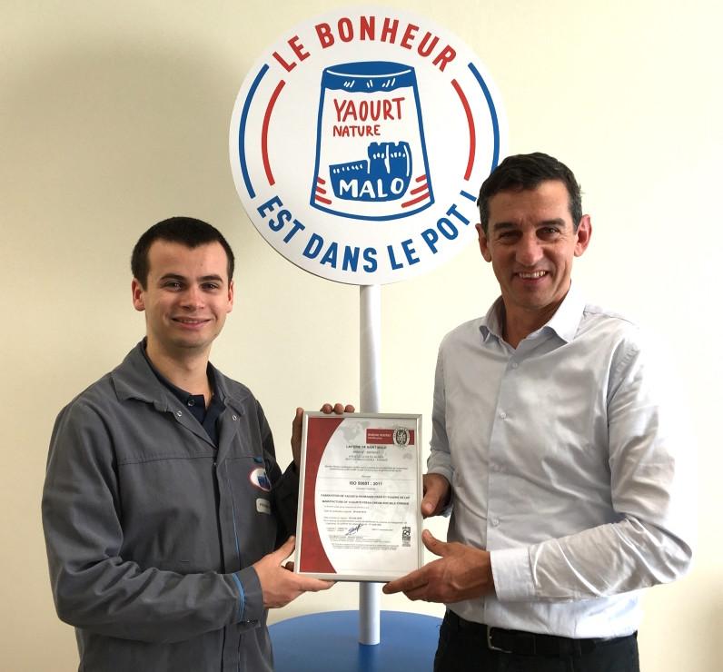 David Prodhomme, ingénieur méthode, maintenance et énergies, et Xavier Macé, directeur de site de la laiterie Malo, avec la certification Iso 50 001.